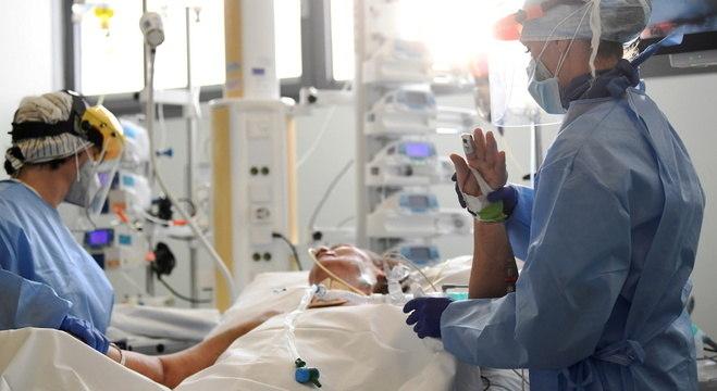 Pandemia está se acelerando globalmente, alerta a OMS