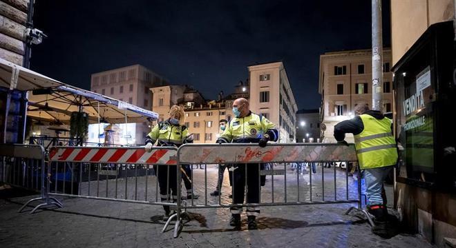 Centro de Roma é fechado para o toque de recolher noturno