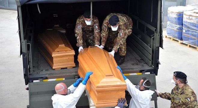 Caixões com vítimas de covid-19 são levados ao crematório em Ferrara, na Itália