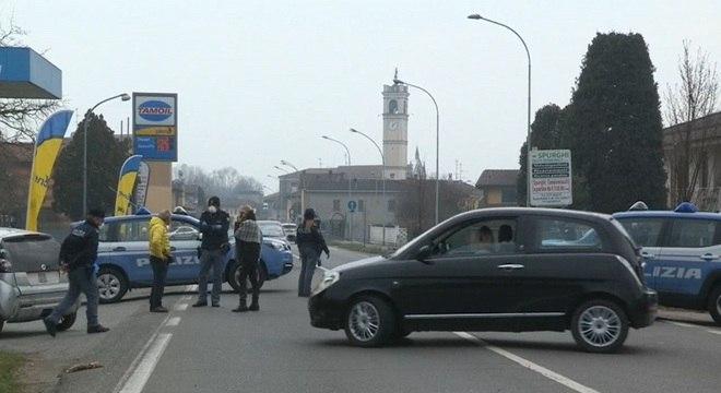 Policiais fecham as entradas de Castelgerundo, no norte da Itália