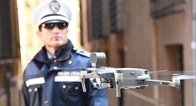 Policiais usam drone para vigiar ruas de Gênova na quarentena da Itália