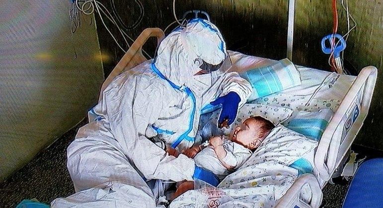 A enfermeira Katia emocionou toda a Itália ao cuidar do bebê