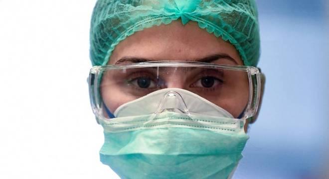 Enfermeira italiana com equipamento de proteção contra o coronavírus