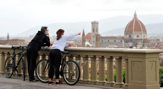 Usando máscaras, casal aproveita a vista durante passeio em Florença, na Itália