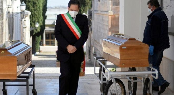 Prefeito da cidade de Cisternino, na Itália, participa de funeral coletivo