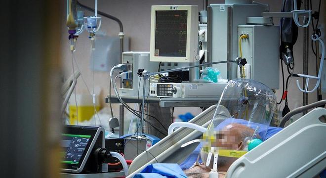 Paciente com covid-19 em UTI de hospital de Milão, na Itália