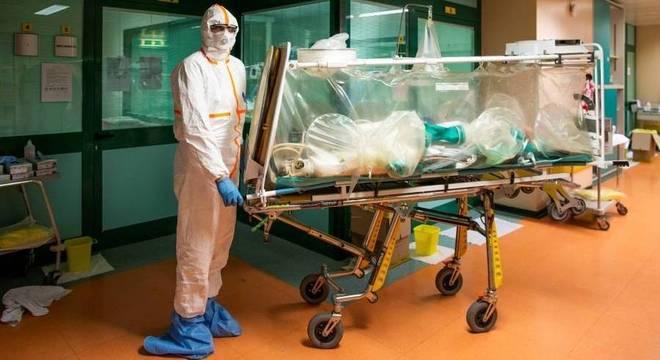 Paciente com covid-19 é transferido para a UTI em hospital de Roma