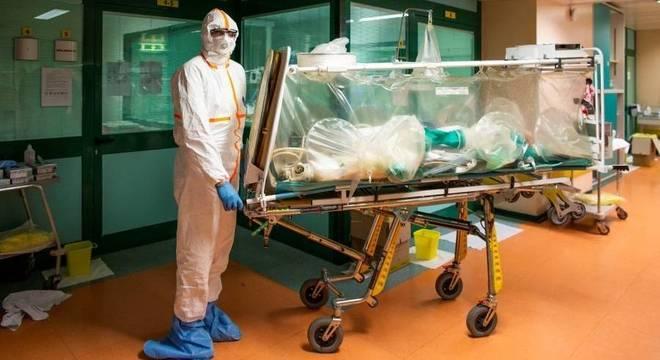 Funcionário transfere paciente de covid-19 para a UTI em hosptial de Roma, Itália