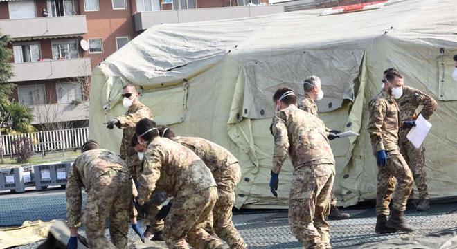 Soldados montam tenda para receber pacientes com coronavírus em Milão