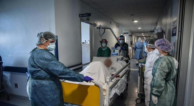 Internações por covid-19 em hospitais e UTIs italianos estão em queda