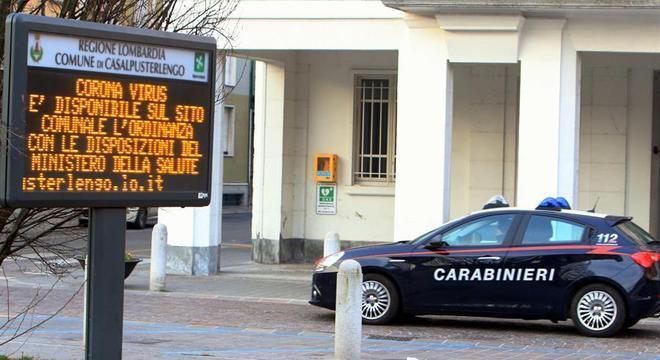 Policiais em Codogno, uma das cidades da Itália posta em quarentena por coronavírus