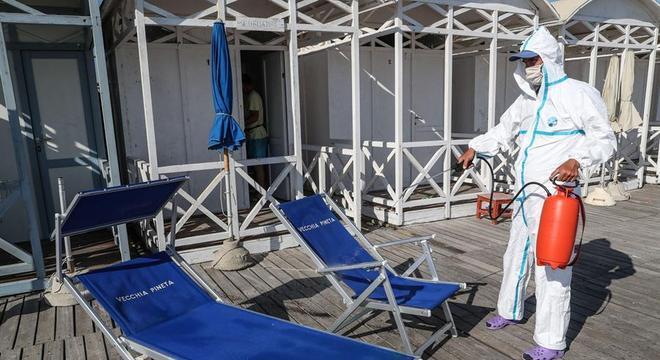 Técnico faz desinfecção em casa de banho na cidade de Ostia, perto de Roma