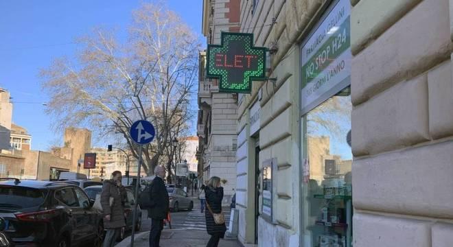 Pessoas fazem fila em farmácia em Roma, após decreto de quarentena total
