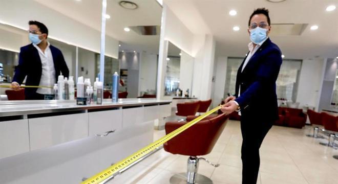 Proprietário prepara medidas de distanciamento em salão de beleza de Milão