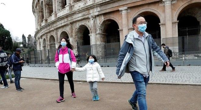 Turistas usam máscaras de proteção em Roma, capital da Itália