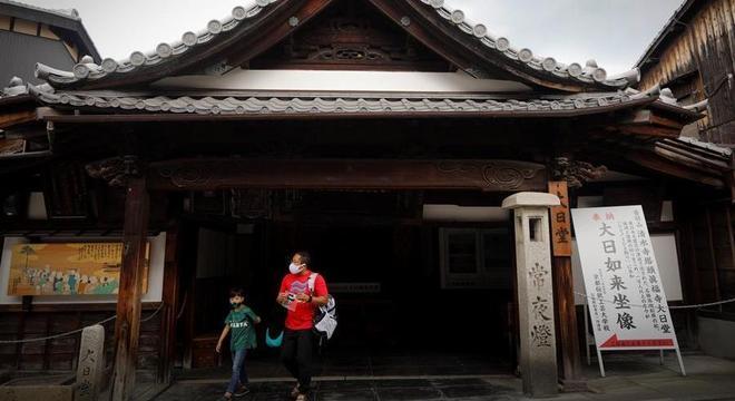 Homem e criança com máscaras em Kyoto: governo do Japão reforça 'novo estilo de vida'