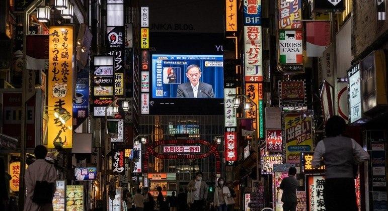 Telão em Tóquio mostra pronunciamento do primeiro-ministro Yoshihide Suga