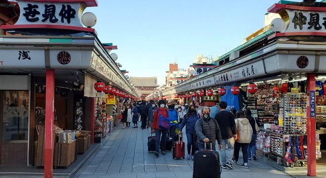 Turistas em rua de Tóquio: Japão ainda não decretou quarentena