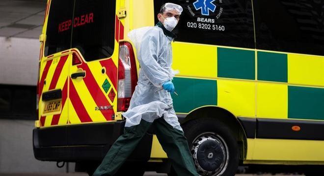 Ambulância em hospital de Londres: Já são quase 30 mil casos de covid-19 no Reino Unido