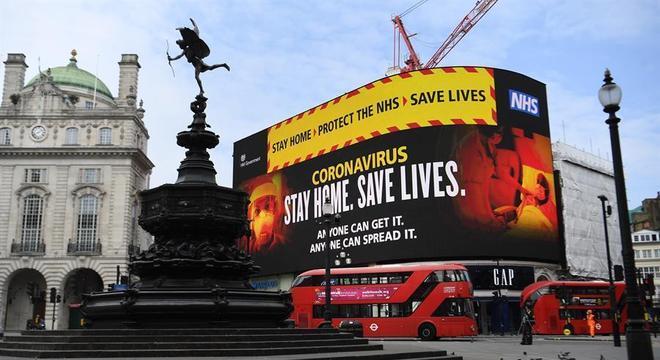 No telão da famosa praça Piccadilly Circus, a mensagem: 'Fique em casa, salve vidas'