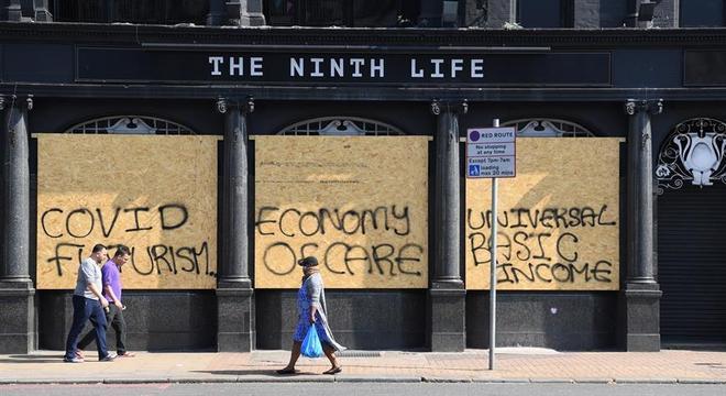Pixações pedem 'Economia do Cuidado' e 'Renda básica univesal' em pandemia
