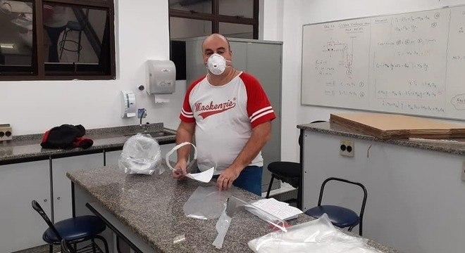 Professores se engajam na confecção dos escudos faciais