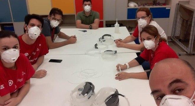 Equipe de produção dos escudos faciais envolve técnicos, professores e alunos