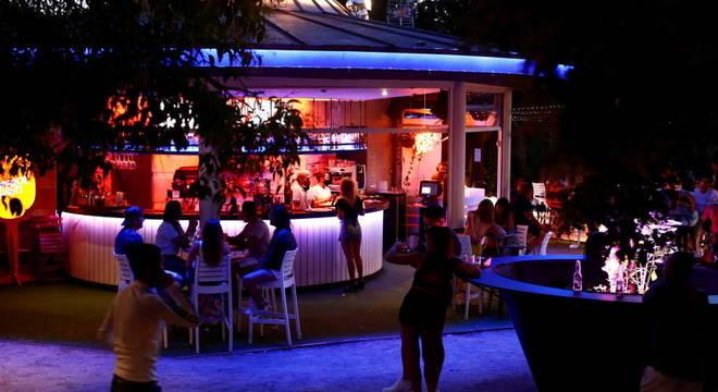 Bar em Madri, após permissão para reabertura