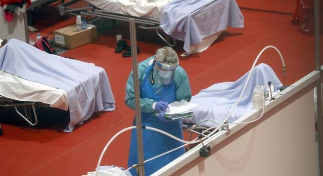 Médico trabalha em hospital temporário montado em centro  de exposições de Madri