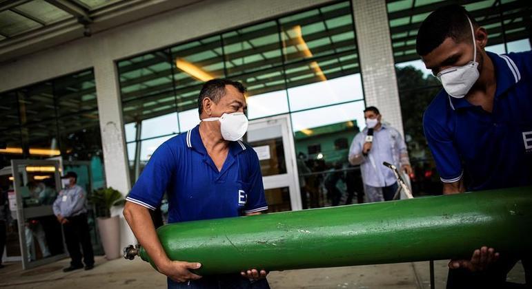 Cilindro de oxigênio é entregue em Manaus