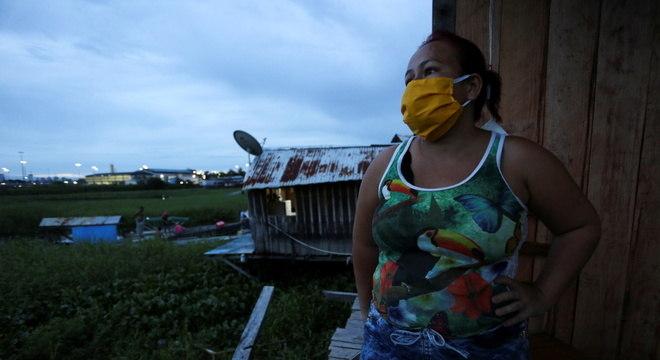 Cena na favela Educandos, em Manaus, uma das cidades mais afetadas no Brasil
