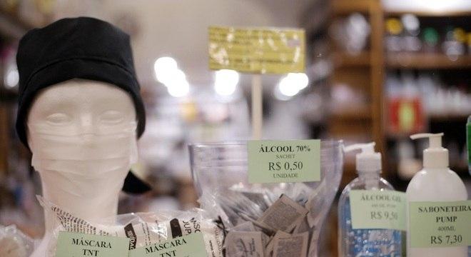 Venda de máscaras cirúrgicas em loja de produtos de limpeza na região central de SP