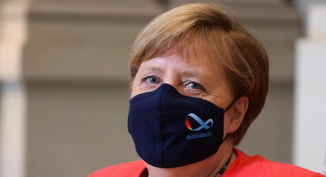 Angela Merkel de máscara: acusações de 'hipocrisia'
