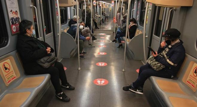 Metrô de Mião com lugares marcados: necessidade de distanciamento permanece