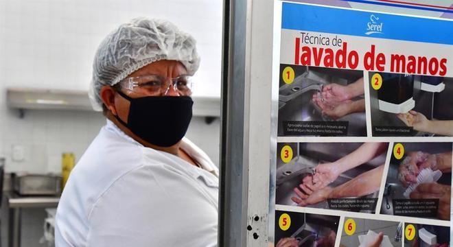 Cozinheira de hospital na Cidade do México com equipamento de proteção