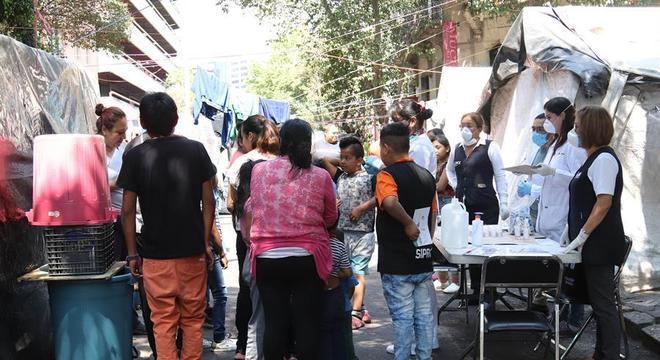 Profissionais de saúde orientam moradores do acampamento sobre pandemia