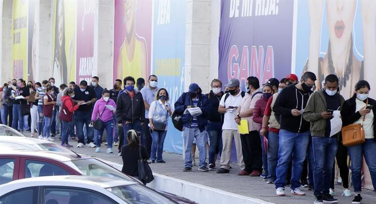 Mexicanos fazem fila para vacinação contra covid-19 na cidade de León