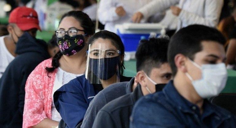 Mexicanos aguardam em fila para vacinação na Cidade do México