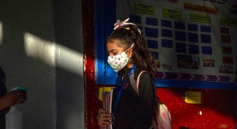 Funcionária faz higienização de aluna em escola na Cidade do México