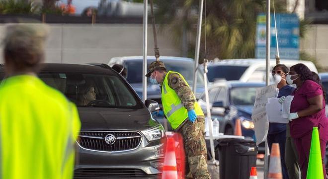 Motoristas são testados para o coronavírus perto de um estádio em Miami