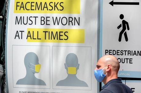Em Miami, cartaz anuncia uso obrigatório de máscara