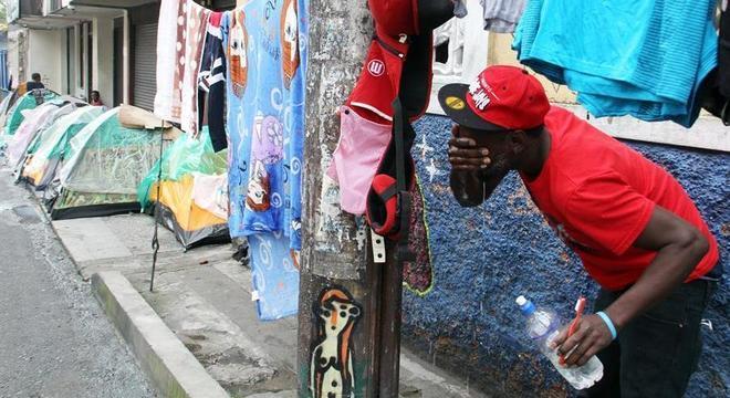 Migrantes haitianos retidos na cidade de Pasto, na Colômbia