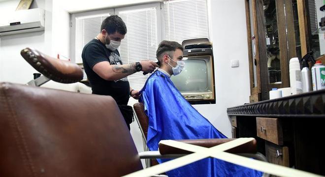 Barbearias como esta na capital, Pogdorica, capital de Montenegro, foram reabertas
