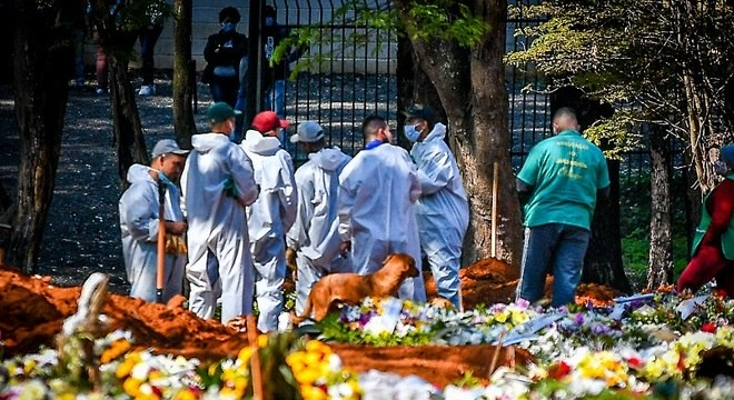 Coveiros no Cemitério de Vila Formosa: Brasil teve recorde de 1.595 mortes/dia