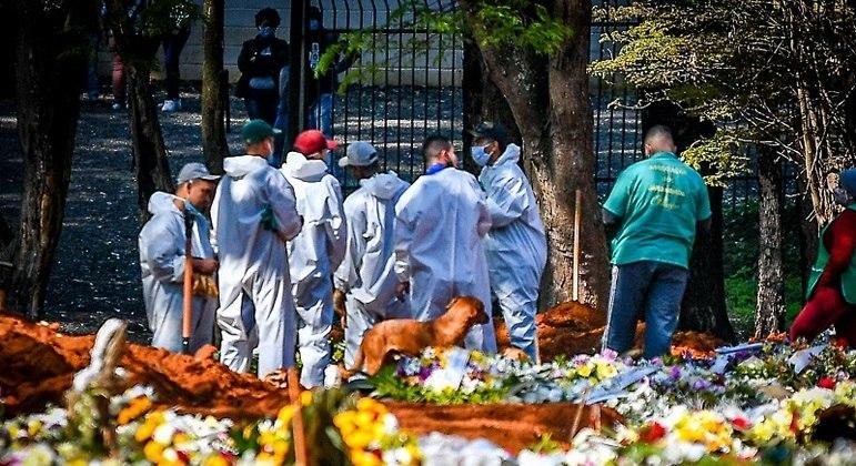 Cemitério de Vila Formosa, em SP, que precisou abrir novas covas na pandemia