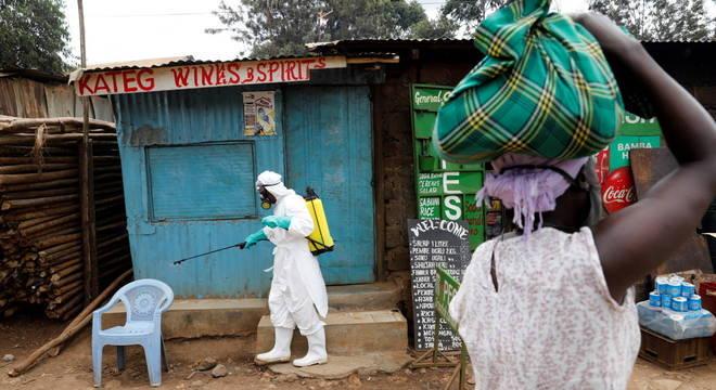 Desinfecção das ruas na favela de Kibera, em Nairóbi, durante a pandemia de covid-19
