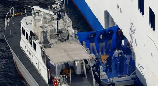 Após confirmação de casos de coronavírus, pessoas foram transferidas do navio em quarentena