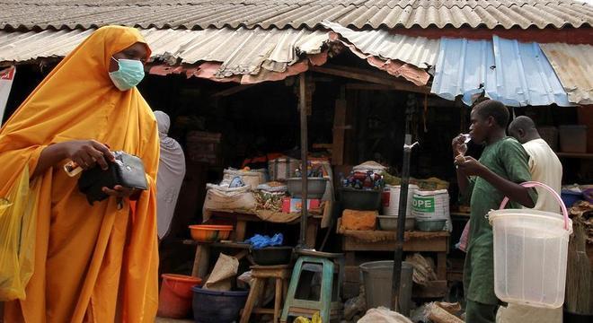 Cena em mercado na Nigéria: coronavírus se espalha pelo continente africano