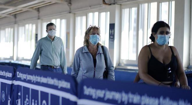 Passageiros com máscaras no metrô de Londres