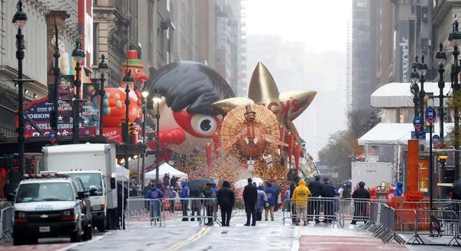 Desfile em Nova York foi realizado  em percurso menor e sem plateia
